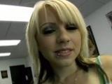 Vista POV con una preciosa jovencita vídeo
